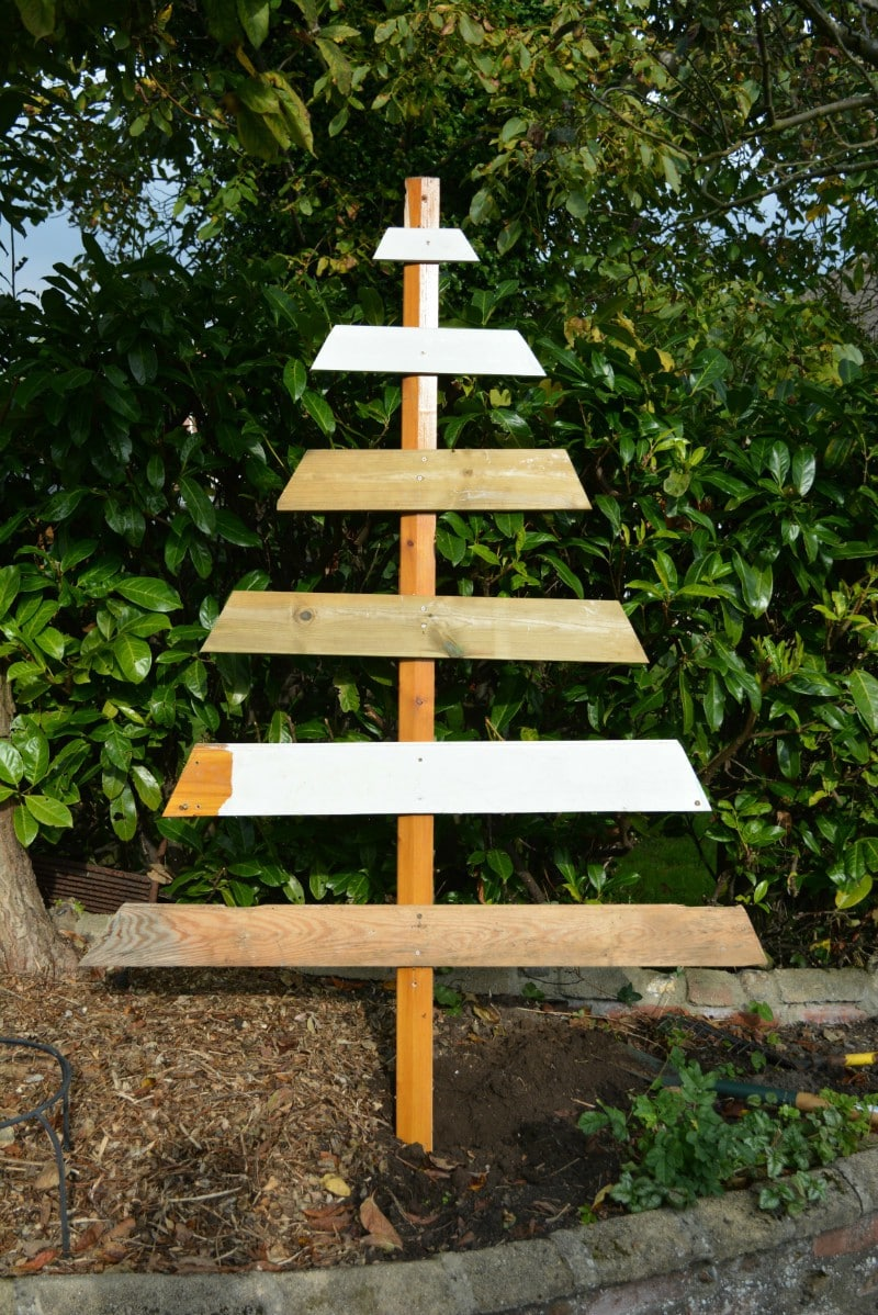 wooden-plank-christmas-tree-diy-1