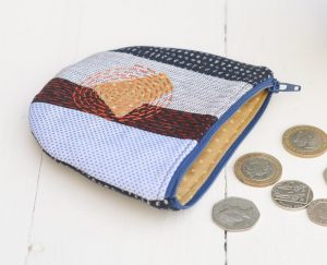 Use up your fabric scraps to make a cute coin purse, free tutorial for zip coin purse