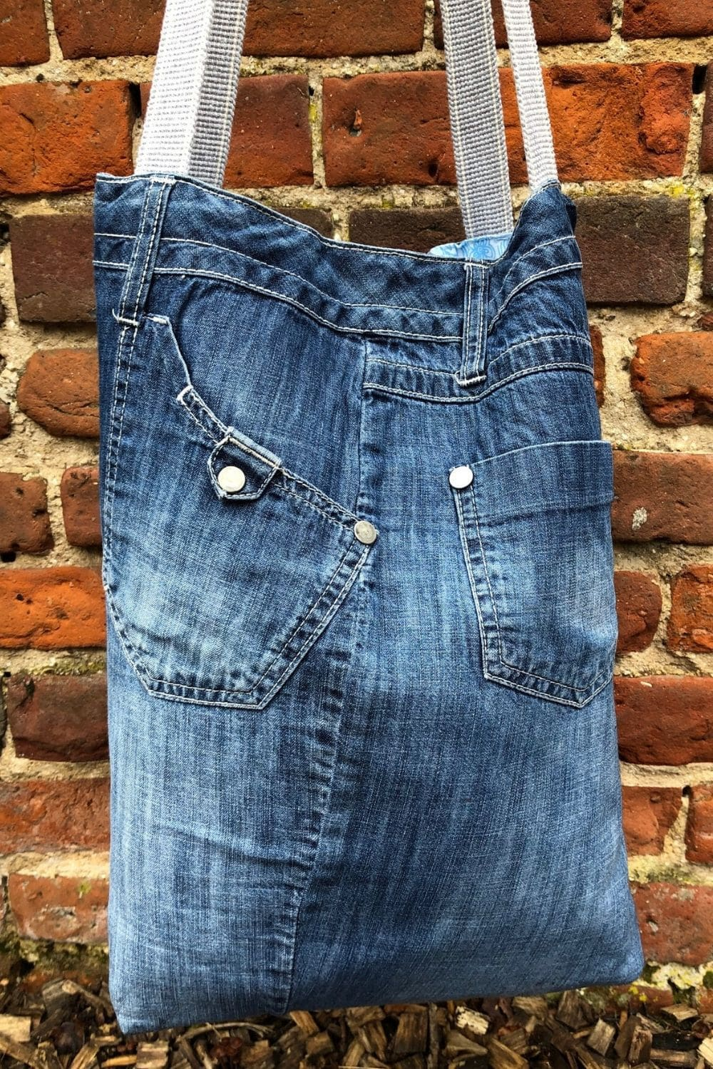Making bags out of old jeans is super fun. Learn how with this quick and easy recycled denim bags pattern with video