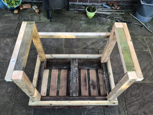 How to make a desk from pallets 28