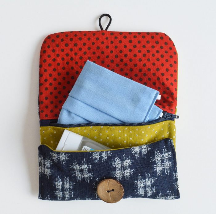 DIY face mask and hand sanitizer holder, perfect to keep face masks clean. A pocket for clean masks, one for used masks and a pocket for your hand sanitizer. Super easy sewing project.